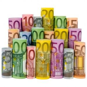 Gerollte Euro-Geldscheine auf weißem Hintergrund